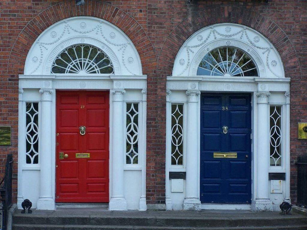 Typické farebné dvere na domoch