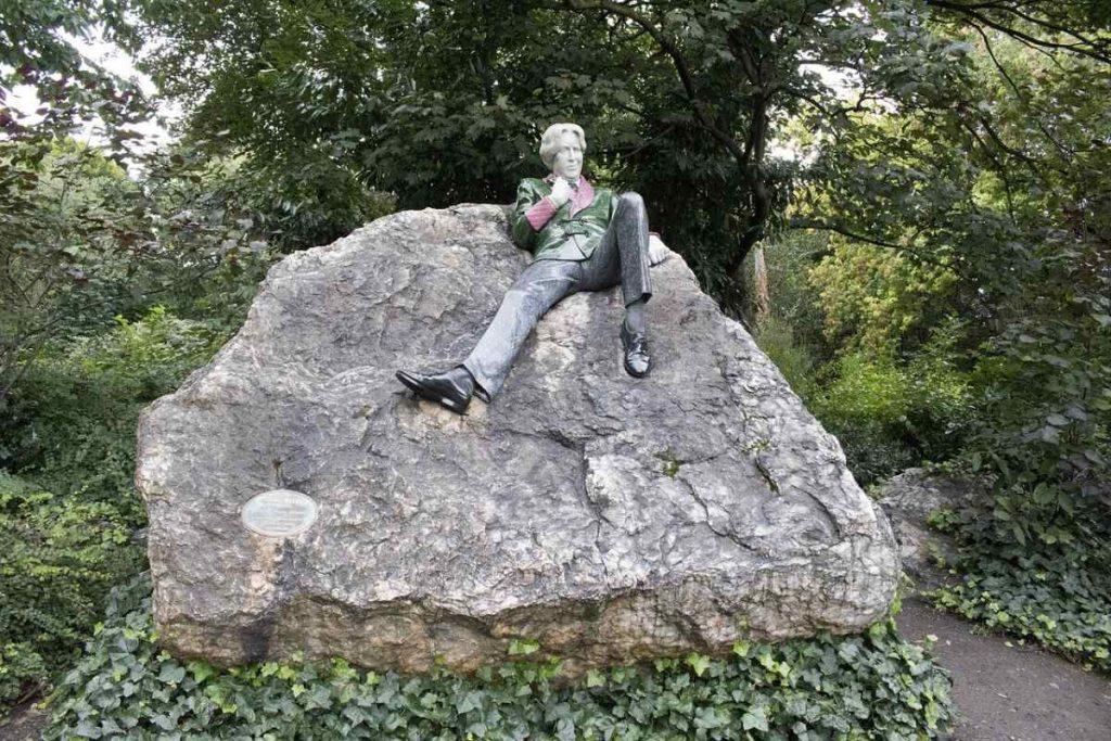 Socha Oscara Wilde v parku Merrion Square